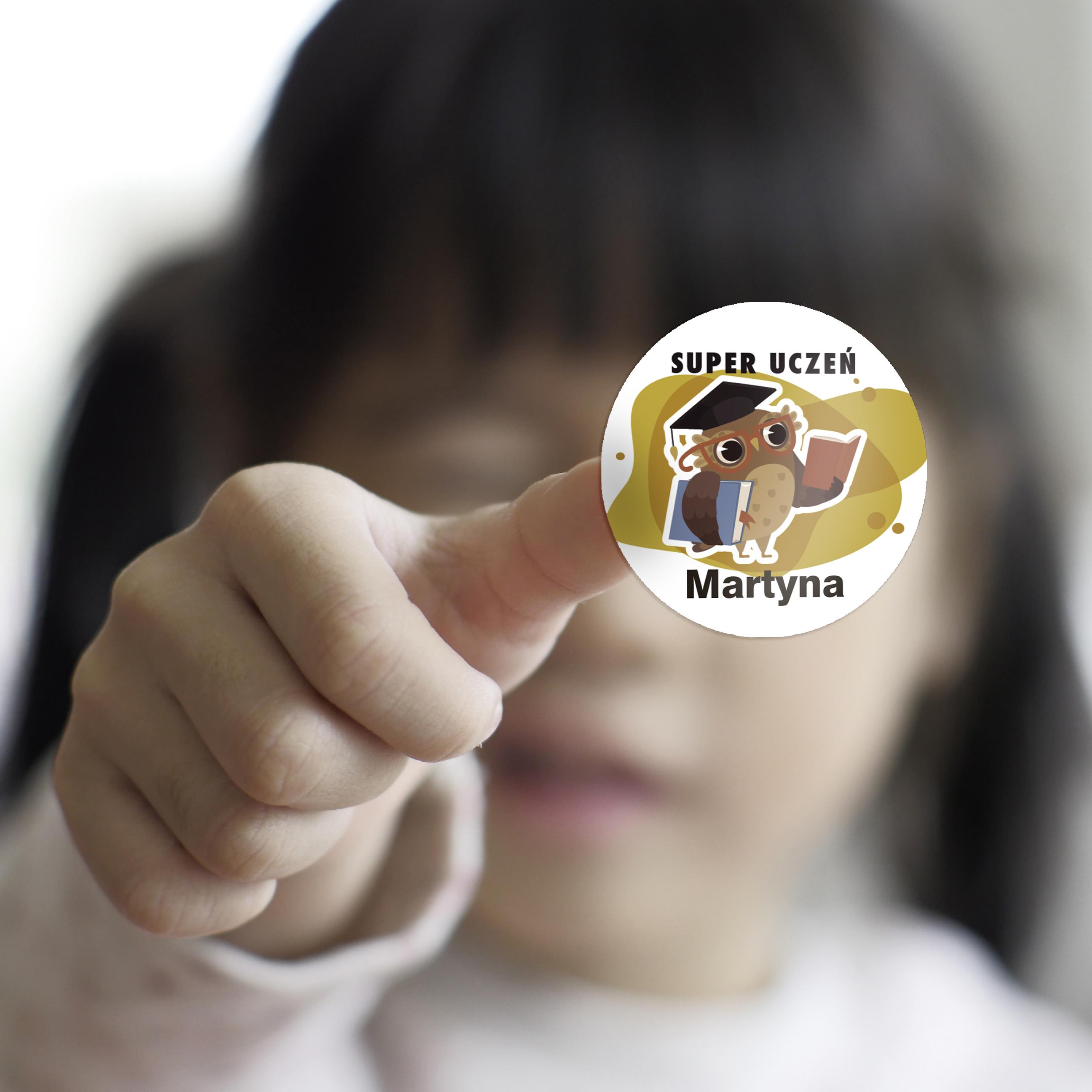 Naklejki motywacyjne dla ucznia z imieniem super uczeń sowa żółta